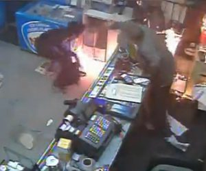 【動画】店に火を放つ強盗 VS 必死に抵抗する店員