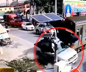 【動画】踏切で無理に渡ろうとした車が電車に激突。事故を見ていたバイクも電車に突っ込んでしまう