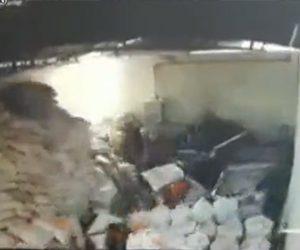 【動画】作業場に積んだ荷物が重過ぎて床が抜け、作業員が落下してしまう衝撃映像