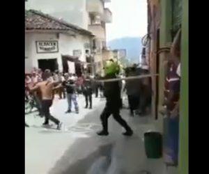 【動画】マチェーテを振り回す男を取り押さえる方法