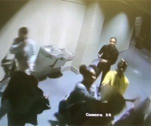 【動画】ショッピングモールのトイレで10代の少女2人が襲われる衝撃映像