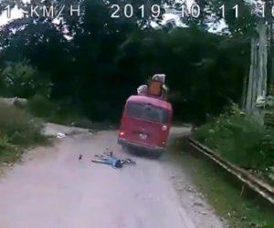 【動画】道を走るバスに少年が乗る自転車が猛スピードで突っ込んでしまう衝撃事故映像
