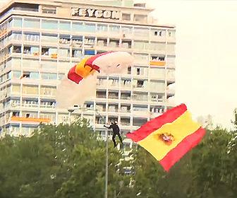 【動画】軍事パレードで国旗を持ちパラシュートで降りてくる兵士が…衝撃映像