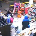 【動画】強盗と警察官が超至近距離が銃撃戦をする衝撃映像