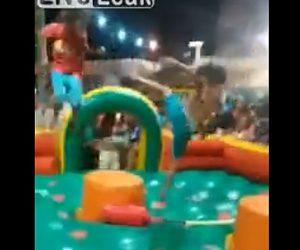 【動画】エア遊具の上で激しく争う少年2人が殴り合いになり会場が大盛り上がりになる衝撃映像