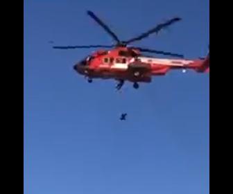 【動画】ヘリコプターで救助中、救助隊員がフックつけ忘れ女性が40m落下してしまう衝撃映像