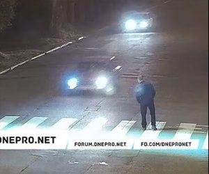 【動画】男が横断歩道で仁王立ちし車を威嚇すると車がバック戻ってきて…衝撃映像