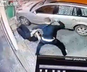 【動画】父親が殴られた息子の為に復讐。息子を殴った男に車で突っ込む衝撃映像