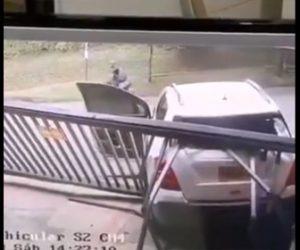 【動画】女性ドライバーが暴走。バイクに突っ込みパニックになった女性ドライバーはバックで門に突っ込む