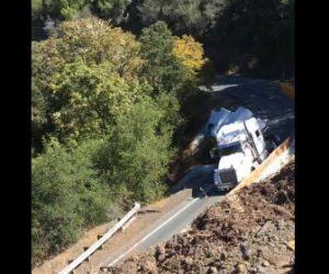 【動画】標識を無視しトレーラーがカーブした坂道を登ろうとするが…衝撃事故映像