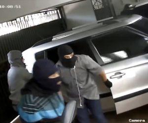 【動画】強盗達が車を盗み車内にガレージのリモコンを発見、家を見つけガレージから強盗達が侵入するが…