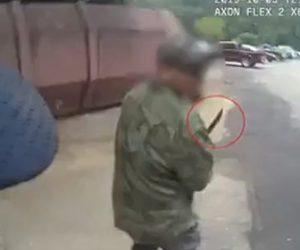 【動画】警察官がマチェーテを振り回す男に至近距離から銃を撃ちまくる衝撃映像