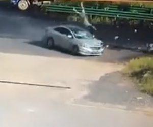 【動画】交差点でバイクが猛スピードの車にはね飛ばされライダーが空中で3回転する衝撃映像