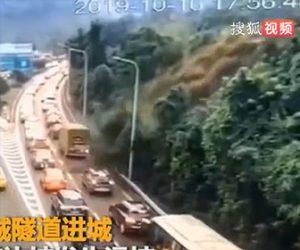 【動画】大規模な地滑りが発生、高速道路を走る車に土砂が押し寄せてくる衝撃映像