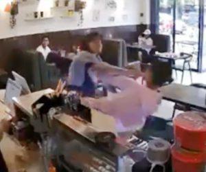 【動画】レジの支払いで割込みした女に怒った男性が衝撃の行動に出る