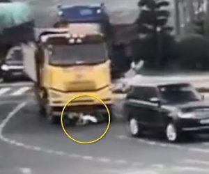 【動画】女性が運転するスクーターがダンプカーに激突し40m引きずられてしまう衝撃事故映像
