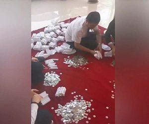 【動画】中国人男性が250kgのコインで車の支払いをする衝撃映像