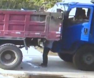【動画】トラック運転手がサイドブレーキを忘れ前で作業する男性が押し潰されてしまう衝撃映像