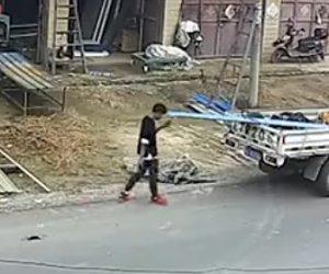 【動画】歩きスマホをしている男性に悲劇が…