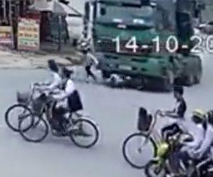 【動画】右折する大型トラックの死角に入ってしまった2人乗り自転車がトラックに激突し…衝撃映像