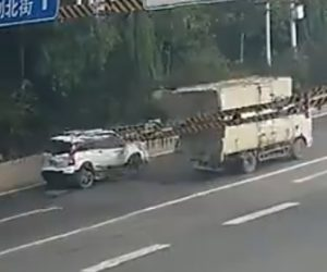 【動画】トラックが高さ制限バーに激突、後続のSUV車に高さ制限バーが落下してくる衝撃映像