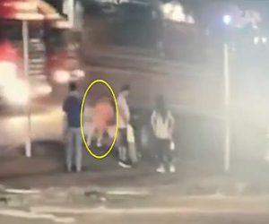 【動画】トラックから飛び出た鉄パイプが信号待ちの歩行者の頭に直撃し意識を失う衝撃映像