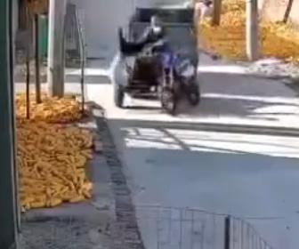 【動画】トラクターに猛スピードのバイクが横から突っ込む衝撃事故映像