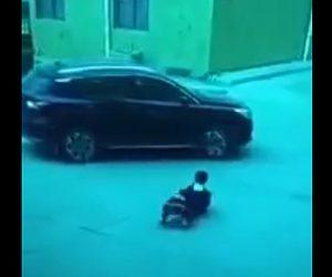 【動画】道で遊ぶ子供2人が車の前に行ってしまい運転手が気付かず轢いてしまう衝撃事故映像