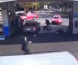 【動画】ガソリンスタンドに強盗が現れるが整備士達が銃で反撃し取り押さえる衝撃映像