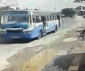 【動画】猛スピードで走るバス。開いているドアから女性が落下してしまう衝撃映像