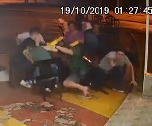 【動画】外で食事中をしている非番の警察官がバイクで現れた武装強盗と銃撃戦になる衝撃映像