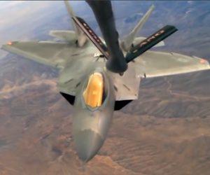 【動画】アメリカ空軍戦闘機(F-22) が飛行中に空中で給油する映像が凄い!