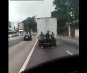 【動画】走行する大型トラックの後ろにつかまって滑るスケートボーダー達に悲劇が…