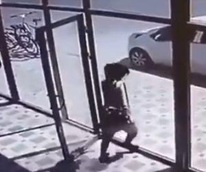 【【動画】ガラスドアの開く方向を間違えてしまった女性。外に出ようとするが…