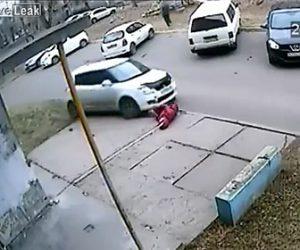 【動画】車が故意に女性を後ろからはね飛ばす衝撃映像