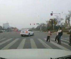 【動画】横断歩道を走って渡る少女を信号無視の車が猛スピードではね飛ばしてしまう衝撃事故映像