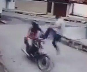 【動画】強盗に気づいたトラックドライバーがバイクで逃げる強盗に飛び蹴りをする衝撃映像