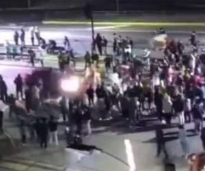 【動画】抗議デモする群衆に猛スピードの車が突っ込んでしまう衝撃事故映像