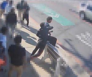 【動画】ガードレールに座りバスを待つ23歳の男性が10代の男に後ろから殴り飛ばされ激しい暴行を受ける