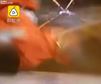 【動画】高速道路でメンテナンス中の作業員が猛スピードの車にはね飛ばされてしまう衝撃映像