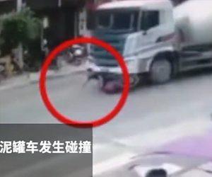 【動画】無理にミキサー車を追い越したバイクがミキサー車に後ろから追突され…
