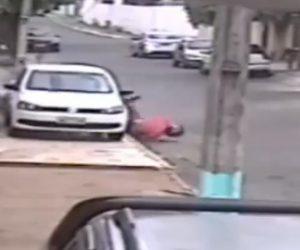 【動画】猛スピードのバイクがコントロールを失い駐車してある車に激突。ライダーの足が…