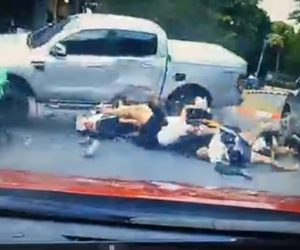 【動画】スクーターを運転する女学生5人にコントロールを失った猛スピードの車が突っ込んでくる