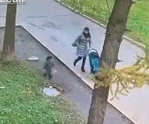 【動画】母親と歩く3歳の男の子がマンホールの蓋が回転し下水道に落ちてしまう衝撃映像