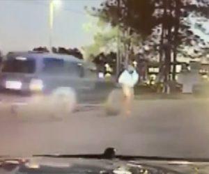 【動画】車道で交通整理をする学校の交通誘導員が猛スピードの車にはね飛ばされてしまう衝撃映像