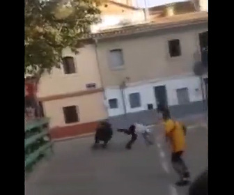 【動画】闘牛イベントで暴れ牛を挑発した男性が足を滑らせ…