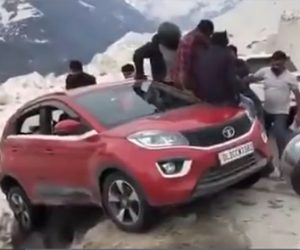 【動画】崖から落ちそうな車をみんなで救出する衝撃映像