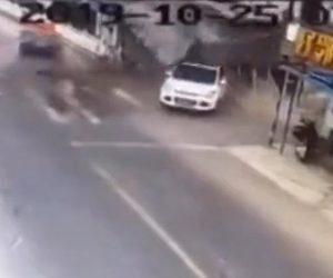 【動画】交差点で接触事故を起こした車が家に突っ込み家が崩壊してしまう衝撃映像