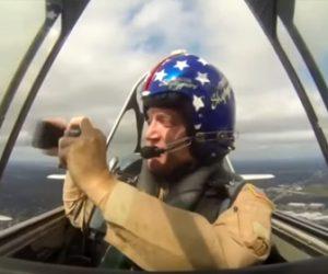 【動画】戦闘機で飛行中にiPhoneで写真を撮ろうとするが…