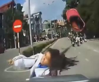 【動画】交差点で女性が運転するスクーターが猛スピードの車にはね飛ばされてしまう衝撃映像